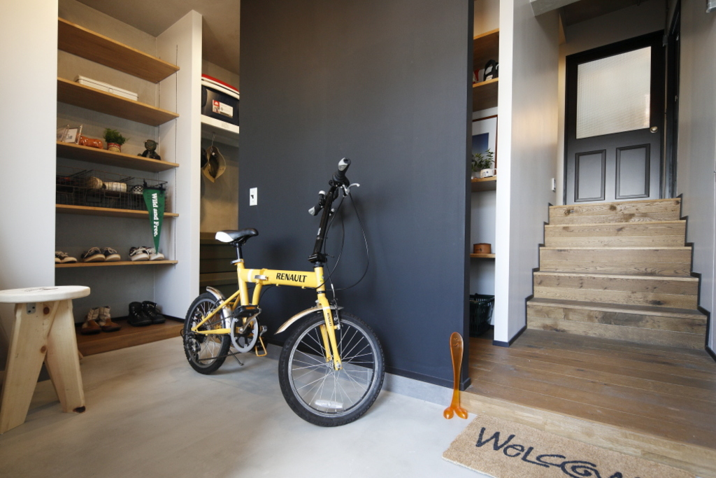 実はこちらのお部屋には階段が!玄関は広いフリースペースになっているので靴や趣味の品が十分収納できます!