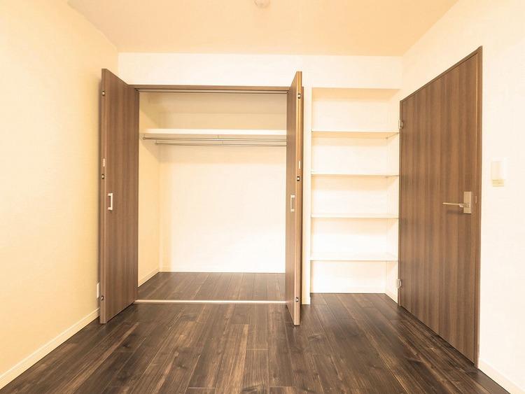 約6.6帖の洋室にはクローゼット横に備え付けの棚がついています