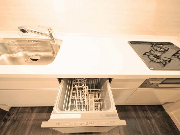 広さのあるシステムキッチンには嬉しい食洗器付き