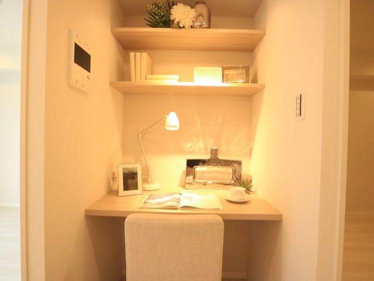 リビングにはカウンターを設置。ご主人の書斎としても、奥様の作業カウンターとしても、お子さまの勉強机としても。多用途に対応できる便利なスペースです。