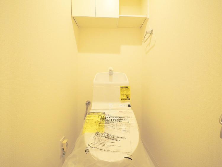 トイレルームは収納棚付きでスッキリ魅せることができます