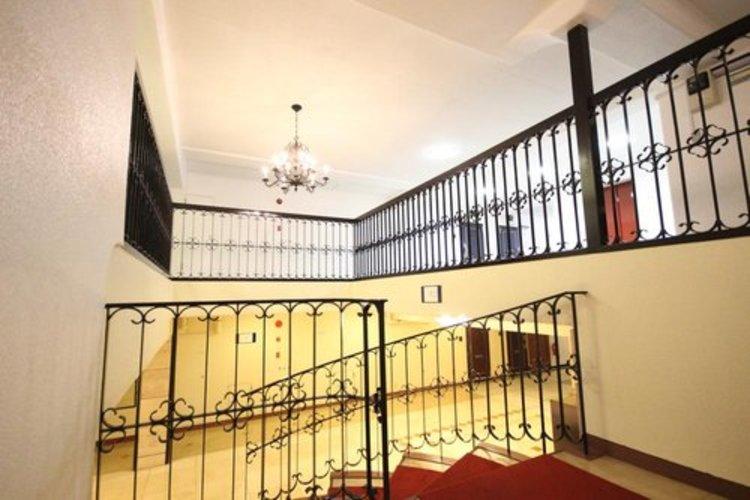 ちょっと贅沢なロビー。螺旋階段も配置され趣のある空間となっております。