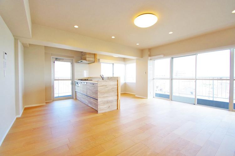 窓が多いリビングルームは採光も十分、家族団らんの空間にピッタリです
