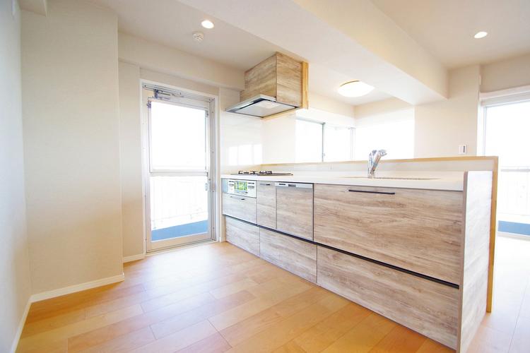 空気がこもりやすいキッチンもバルコニーへのドアを設けて換気性アップ