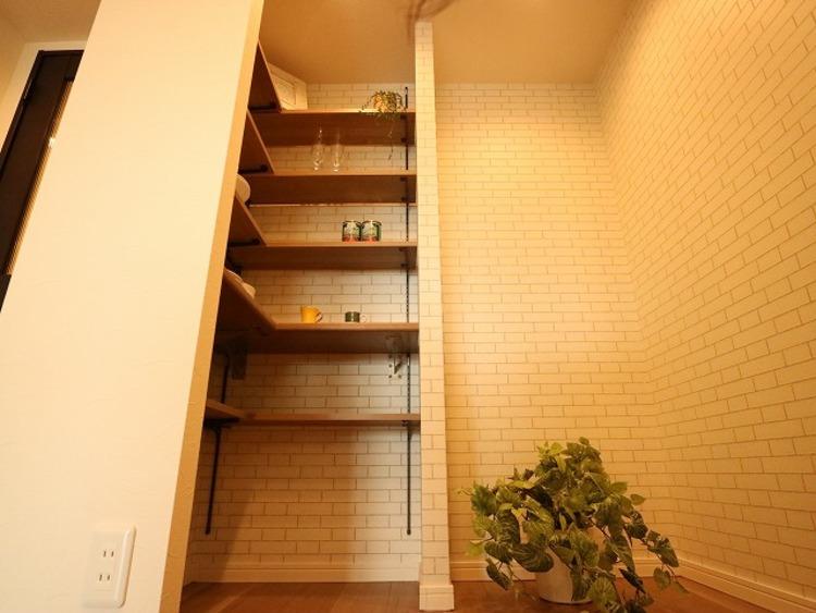 キッチンの後ろには収納をご用意いたしました。大容量の収納スペースは、食器やキッチン家電、食材などをスッキリと収納できます。