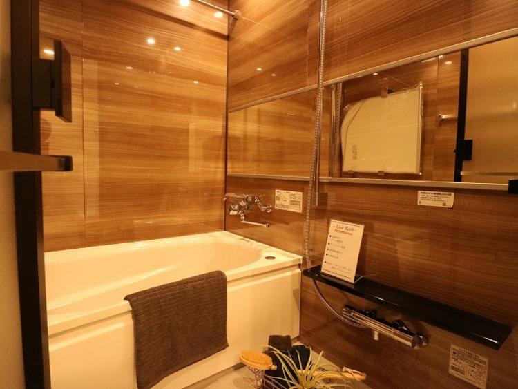 美しいツヤとなめらかな肌ざわり。水や汚れをはじき汚れにくくお掃除ラクラクの浴槽です。シャワーヘッドの位置が変えられるので使い勝手がとても良い浴室です。