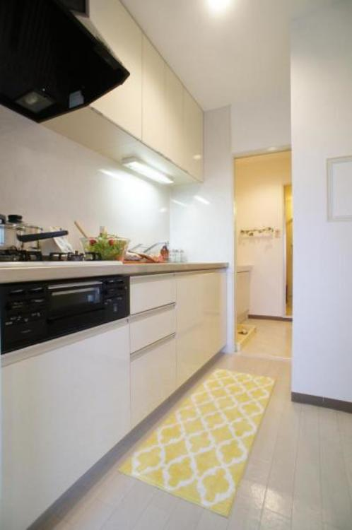 収納豊富で作業台も広いシステムキッチン!お料理の幅も広がりそうです!