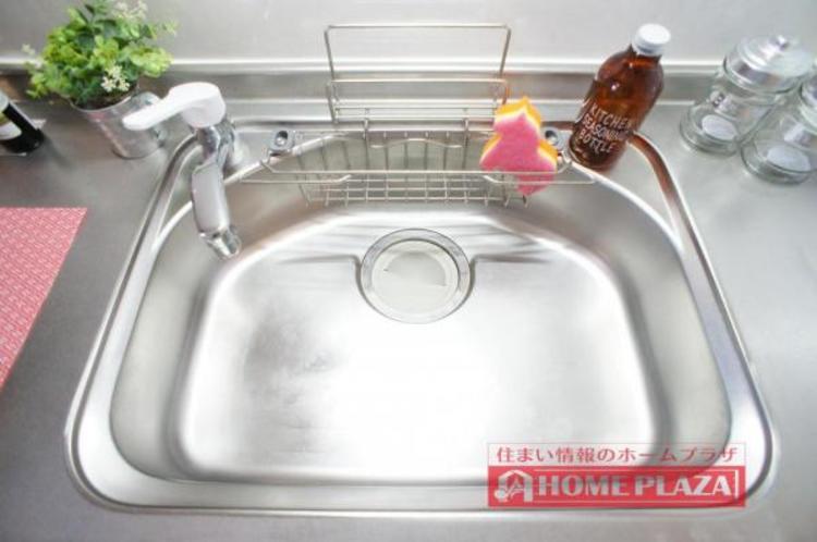 大き目なお鍋も余裕をもって洗えるサイズのシンクです。