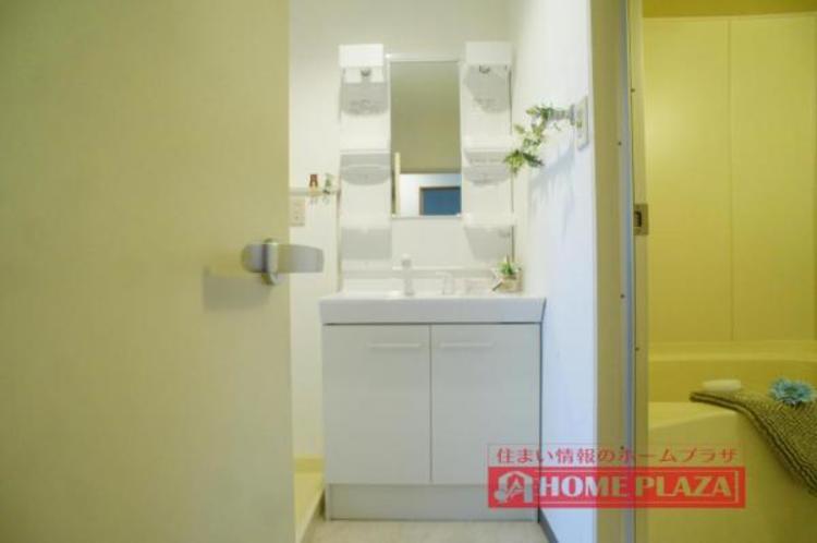 シャワー付き洗面台で、お掃除の時や忙しい朝の洗髪に便利です!