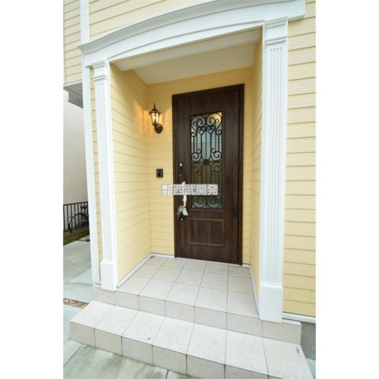 上質を感じる玄関ドアは気持ちを豊かにしてくれますね。