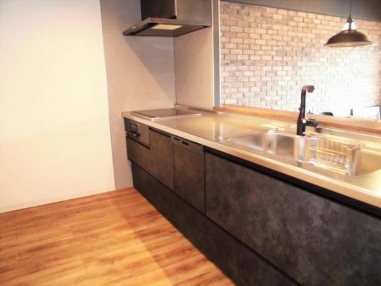 ●重厚感のあるキッチンはリビングとの調和が取れますね!