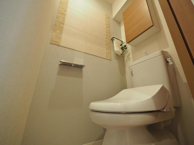 十分な広さと清潔感のあるカラーで纏まったおトイレ。時間に余裕とゆとりを持たせます。