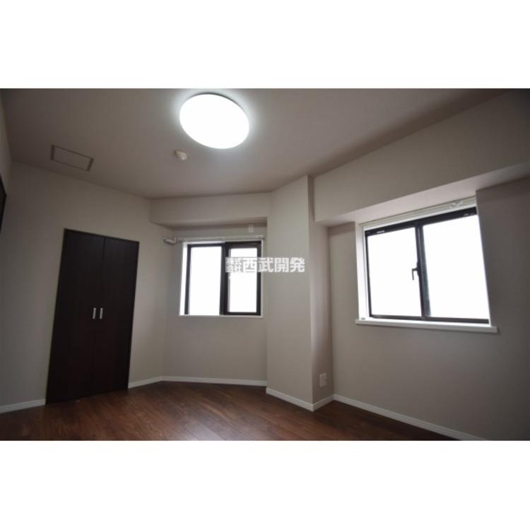 2つの窓でとても明るい6帖洋室