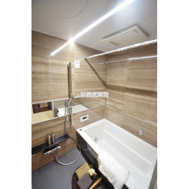足を伸ばしてゆったり入れるバスタブは、のんびり疲れを癒すプライベート空間。また、雨の日や寒い日は浴室暖房乾燥機が大活躍!