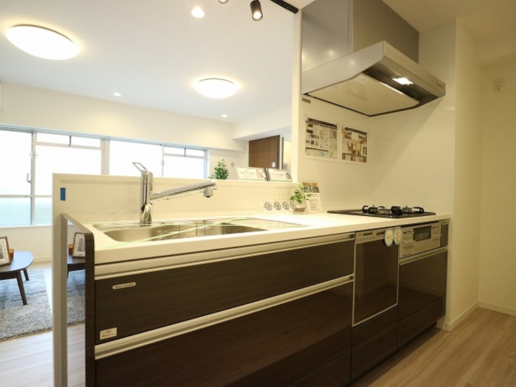 キッチンはリビングダイニングを見渡せる対面式キッチン。家事が捗るように動線を意識した間取りです。