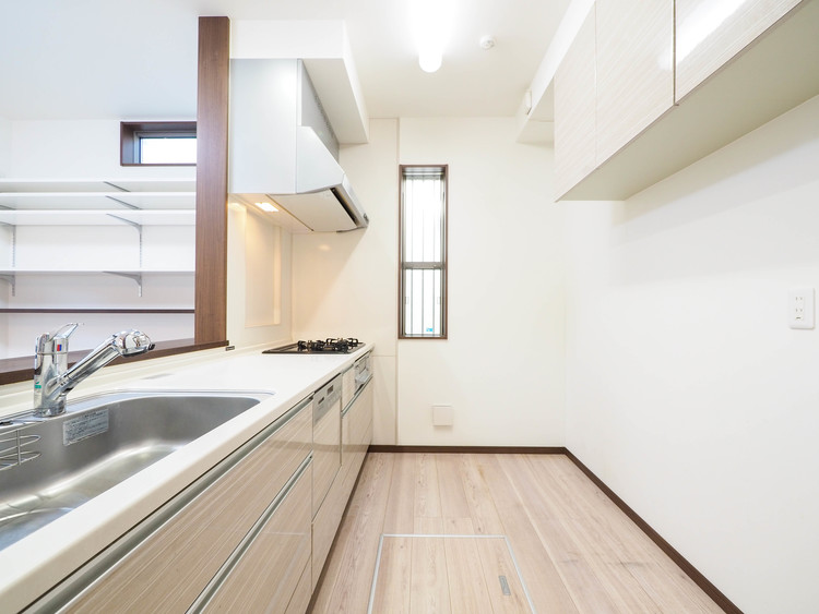 対面キッチンでご家族との会話を楽しみながらお料理。※最新の画像処理技術で実際のキッチンの家電は処理されております。