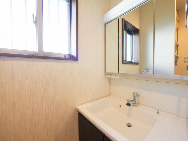 洗面所・脱衣所にも収納がたっぷり。スッキリと片付けられます。