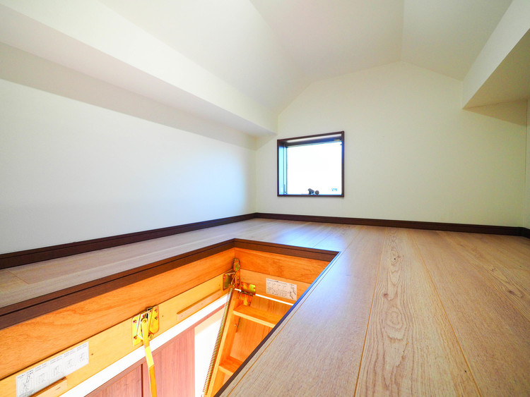 収納スペースとして優れ季節用品をしまっておく場所として重宝するグルニエ付。