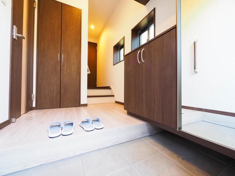 ゆったりと使いやすい玄関は、お子さんを連れての出入りや、たくさんのお買物帰りに快適です。