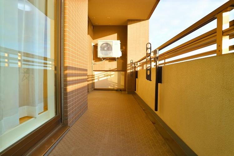 リビングに面した広々したバルコニーは南向きで、日当り良好です。10階ならではの開放感と爽やかな風を感じていただけると思います。