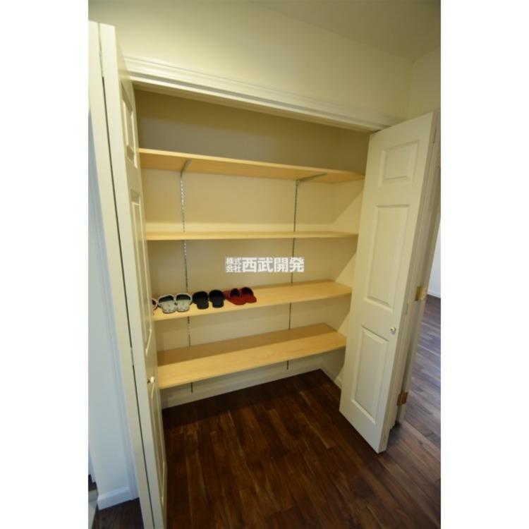 廊下の収納には掃除道具やDIY道具、古雑誌に家族の書籍など納めるのに大活躍!