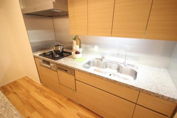 作業スペースを多くとった壁付けキッチン採用。夫婦揃ってキッチンに立っても調理がしやすく、家事をしながら会話も弾みます。食器類もすっきりと片付く収納力。
