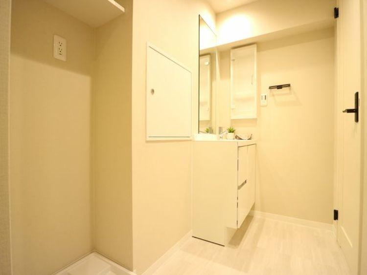 ホワイトを基調とした洗面室。脱衣所としての役割も果たすため、ゆとりある空間となっています。