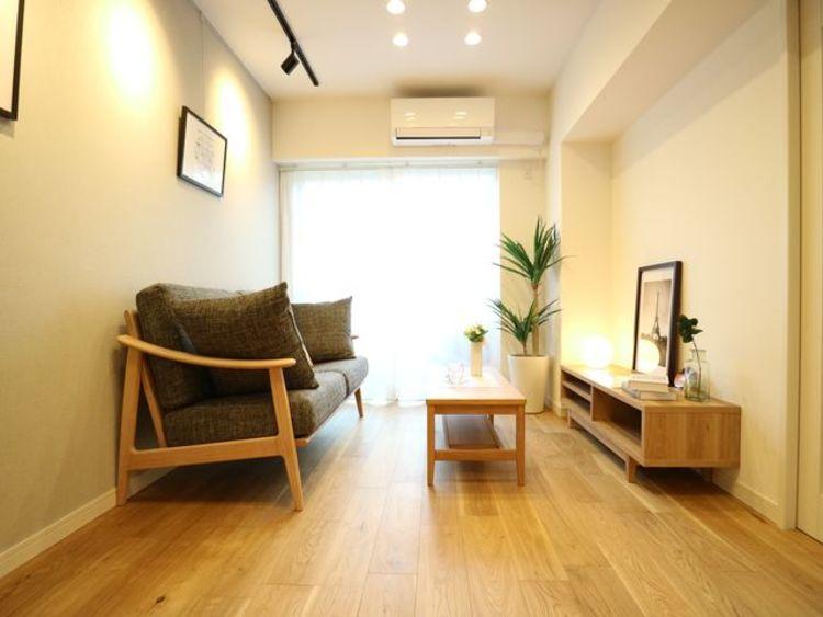 風の流れが感じられる空間です。 窓ばかりでなく壁面も確保したリビングで、 家具を置いたり、物を飾れたりと生活に必要な スペースとなります。