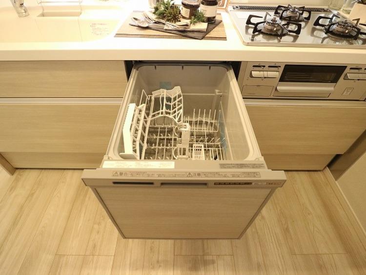 ビルトイン食洗機は、作業台が広く使え、見た目もスッキリ。節水や節電機能も充実して奥様の家事の手助けをしてくれます。空いた時間で趣味の時間も充実しそう。
