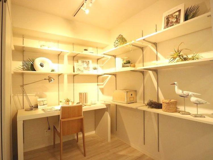 サービスルームにはデスクと棚を設置。ご主人の書斎としても、奥様の作業カウンターとしても、お子さまの勉強部屋としても。