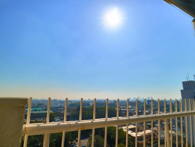 ずっと太陽を感じる事ができるのは、遮るものが視界に無いから。彼方に広がる風景が絵画のように広がります。