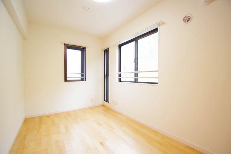 2面に窓があり、通風や採光がある約5.1帖の洋室