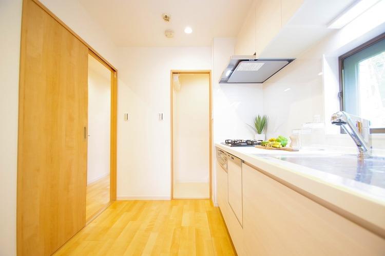 小窓を設けたキッチンは明るく換気性もあります