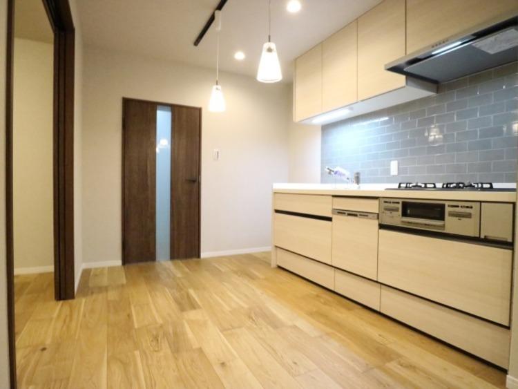ゆったりと調理ができる位のスペースを実現したキッチン。白を基調にステンレスのシルバーがアクセントな高級感のあるキッチンです。