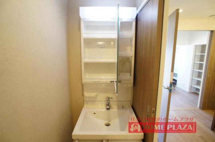 鏡の中も収納となっているので、洗面台をスッキリとお使いいただけます。