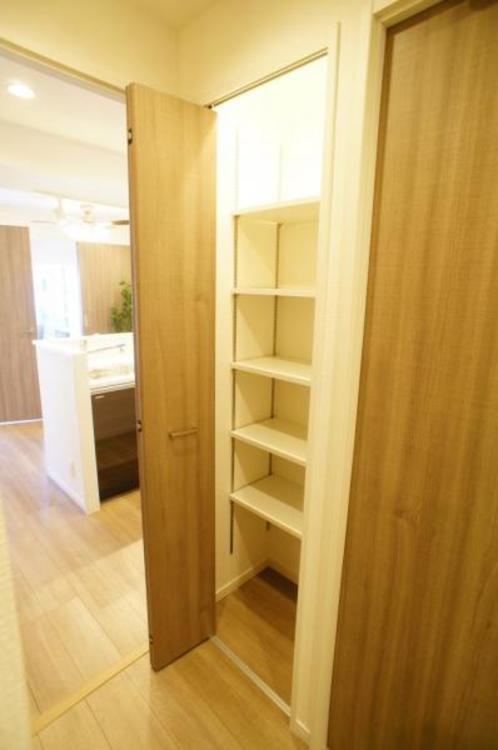廊下にも収納があり、お部屋を広くお使い頂くことができます。
