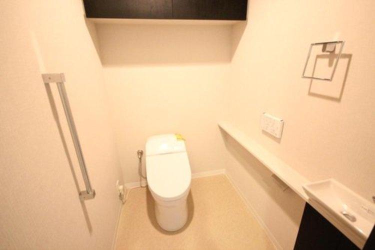 タンクレストイレを採用。室内に手洗いも備え、ゆったり広々お使いいただけます。
