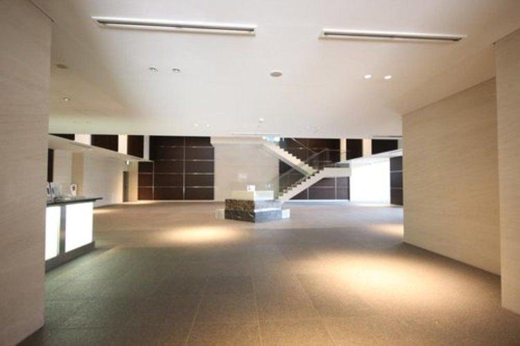 開放感溢れる空間。厳選された素材で構成された壁面。ホテルライクな共用部分は充実さも兼ね備えています。