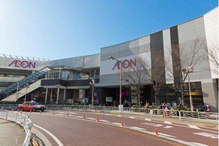 イオン東雲店まで600m。「イオン」は食料品や日用品を取り扱った地域密着型の店舗であり、複合ビル内に出店。