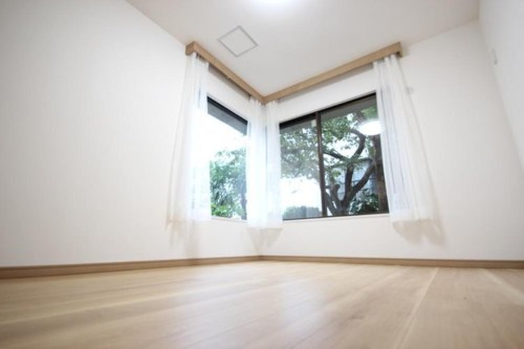 立性を高めたお部屋。たっぷりの収納も配備しており、スッキリとした居住空間に。陽光も降り注ぐ明るく開放的な間取りが魅力的です。