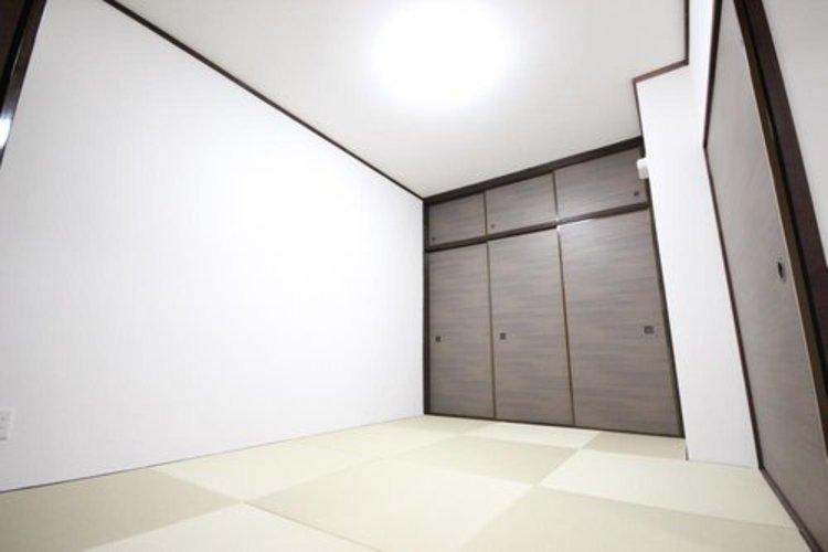 リビングの続き間としても利用できる6帖の和室。畳の香りに包まれながら普段は子供の遊び場やご両親様のお部屋として、急な来客の場合は襖を締め切り客間としても利用可能。