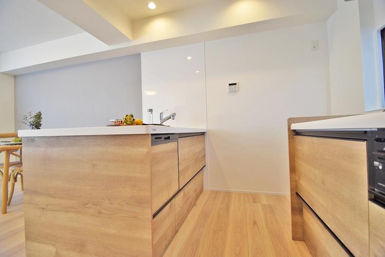ご家族で使える対面キッチンは、シンプルで使い易いシステムキッチンを完備
