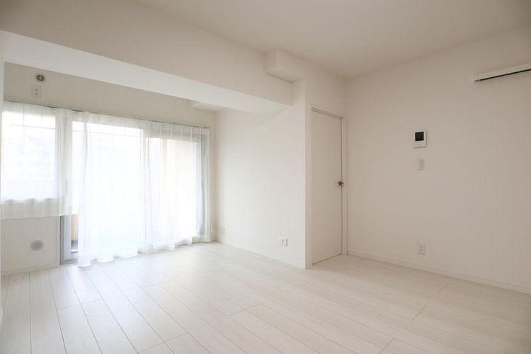 「LDK」シンプルにデザインされた室内。家具やレイアウトでお好みの空間を創り上げられます。