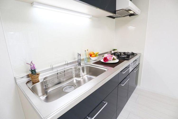 「キッチン」スタイリッシュで清潔感溢れるシステムキッチン