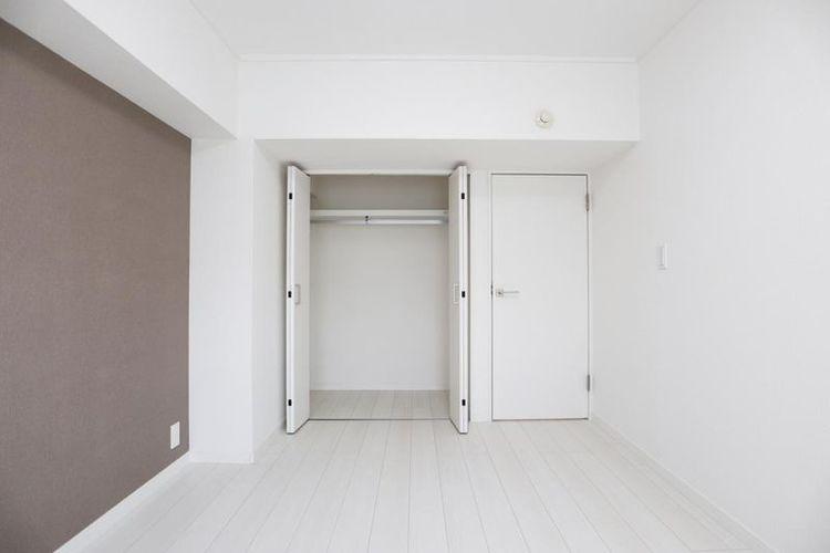 「洋室」各部屋にハンガーポール付きクローゼットを設けるなど収納が充実