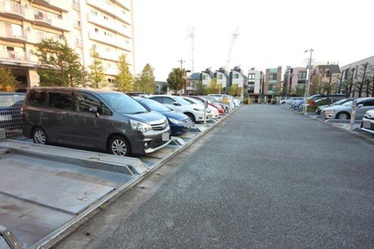 敷地内駐車場がございます。※空き状況は都度ご確認ください。