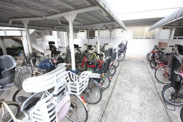 敷地内駐輪場がございます。綺麗に並べられた自転車からも住人のマナーの良さや、マンションの管理体制の良さが伺えます。
