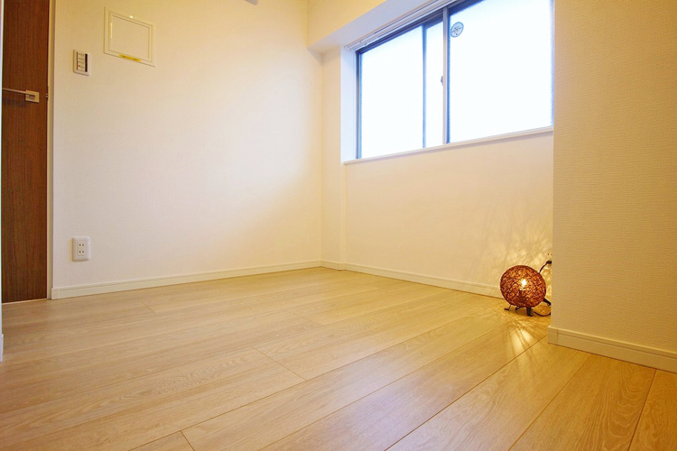 優しい色合いのフローリング張られた約3.4帖の洋室