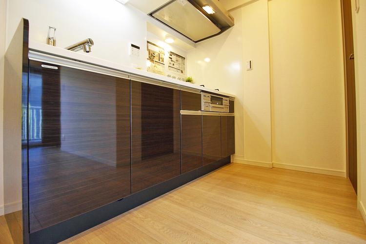 高級感のある、ブラウン色のキッチン