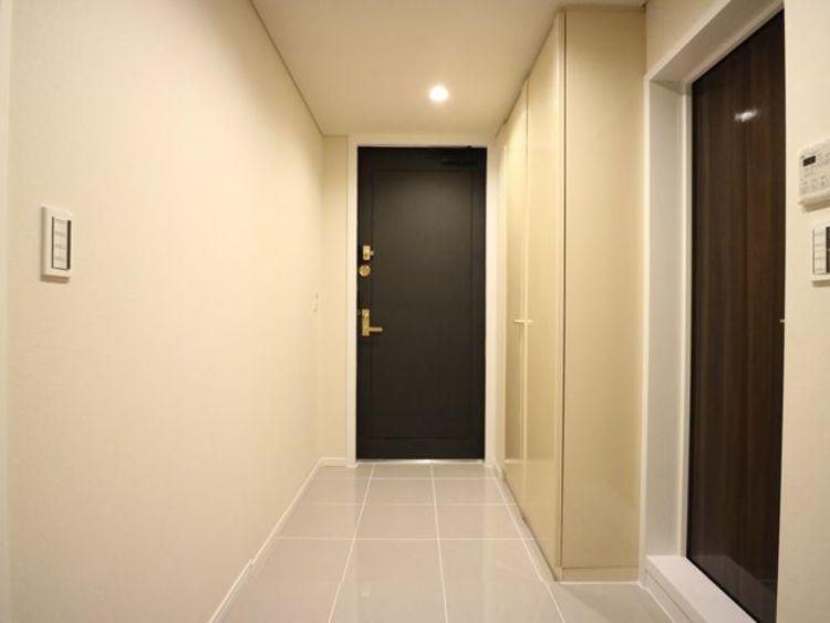 明るく開放的な空間を美しい建具が見事に演出。住まいの顔となる玄関は、落ち着きと華やぎの満ちた空間に。